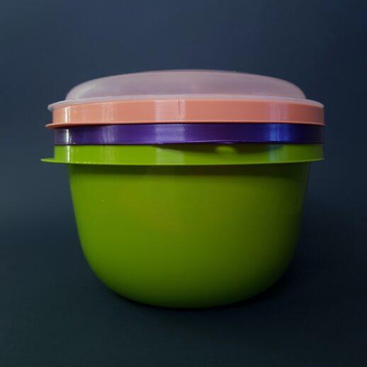 Пластиковая миска с крышкой